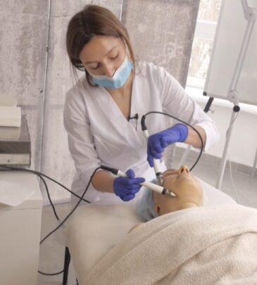 Урок 9К «Мікрострумова терапія. Методика апаратного догляду» (практика)